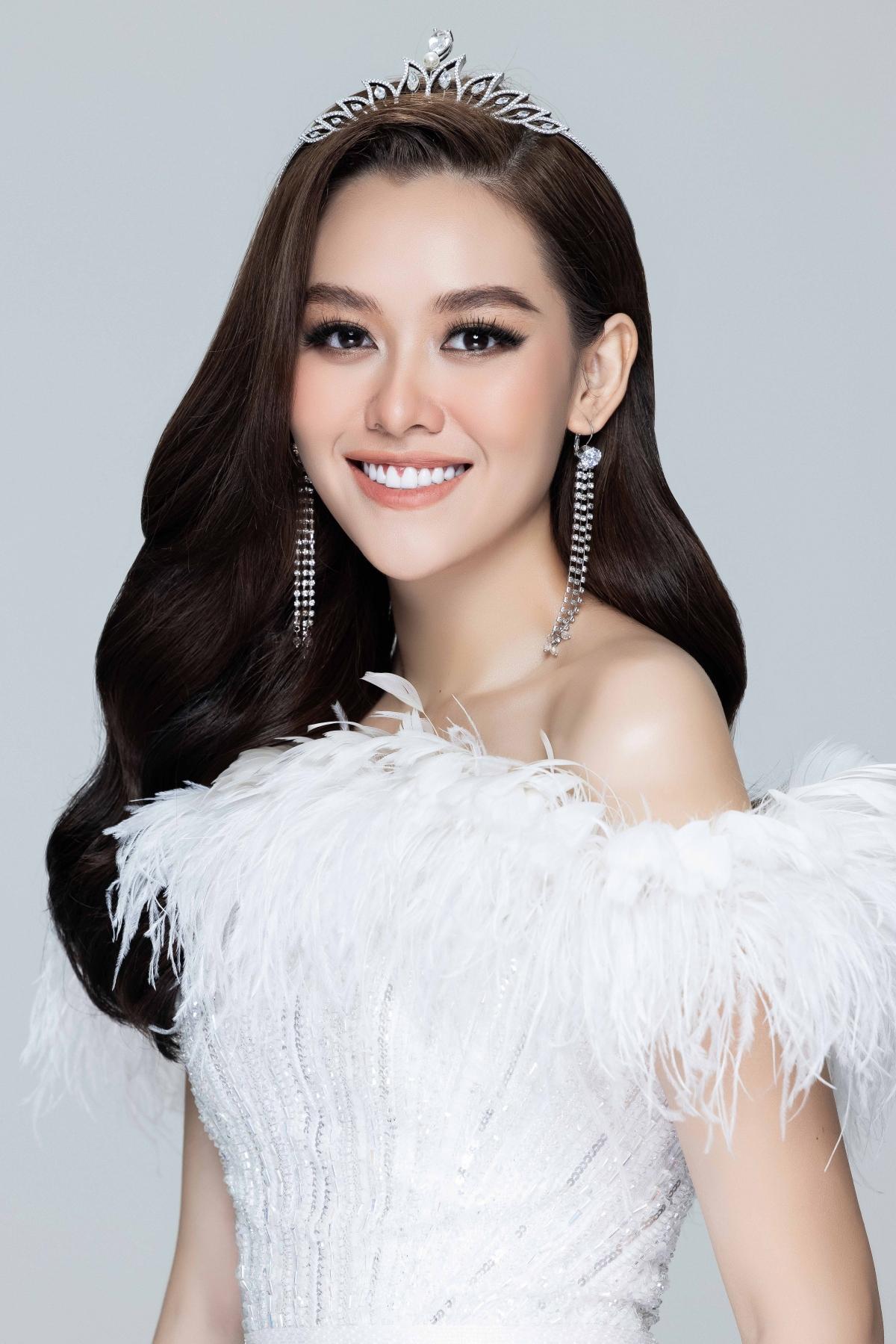 Sau khi trở về từ cuộc thi quốc tế, người đẹp gốc Hà Nội dần hướng đến hình ảnh trưởng thành, chững chạc. Cô nàng luôn khiến cho khán giả bất ngờ với những bộ ảnh đa dạng về phong cách từ dịu dàng nữ tính đến sắc sảo, mặn mà.