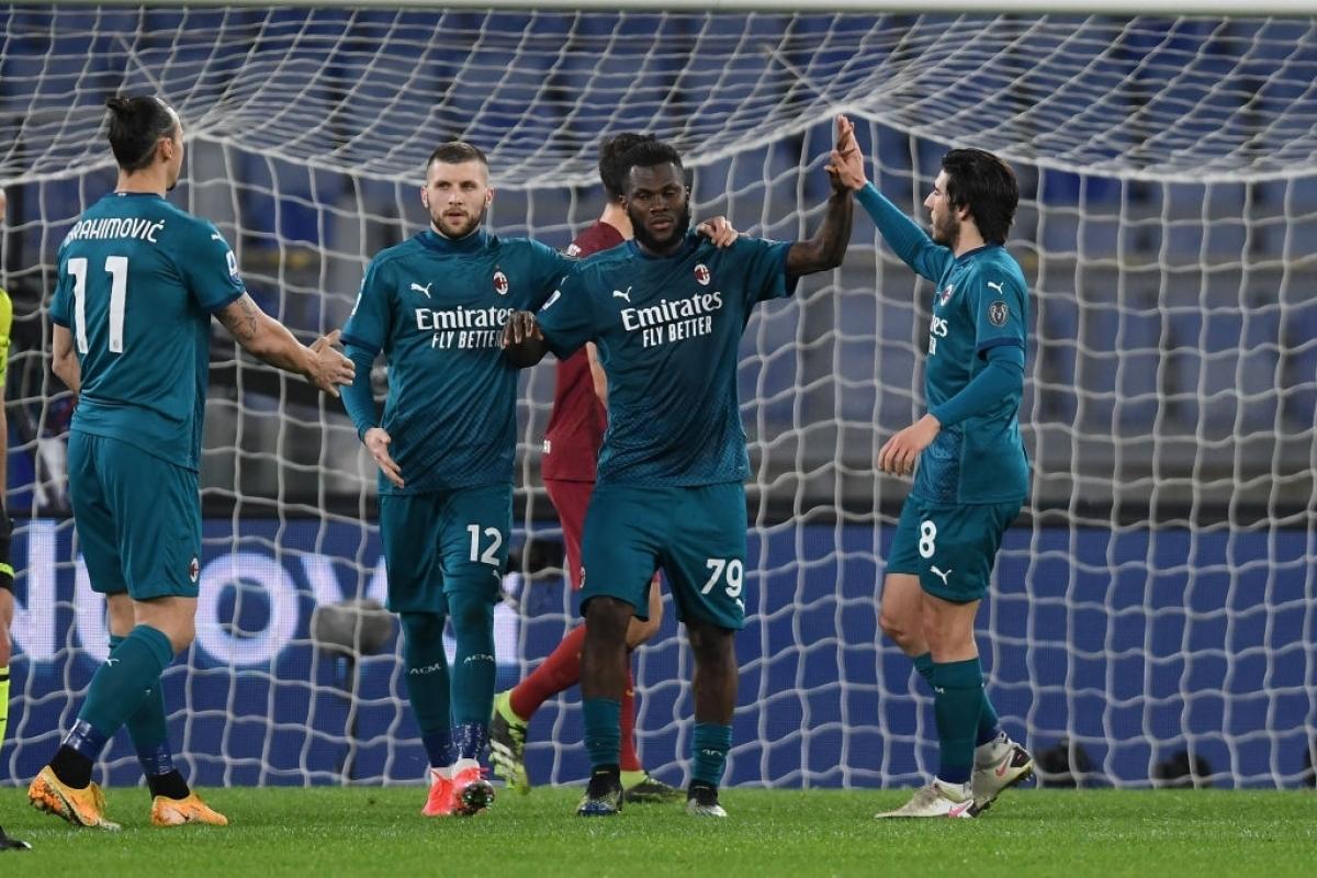 Các cầu thủ AC Milan ăn mừng bàn mở tỉ số (Ảnh: Getty).