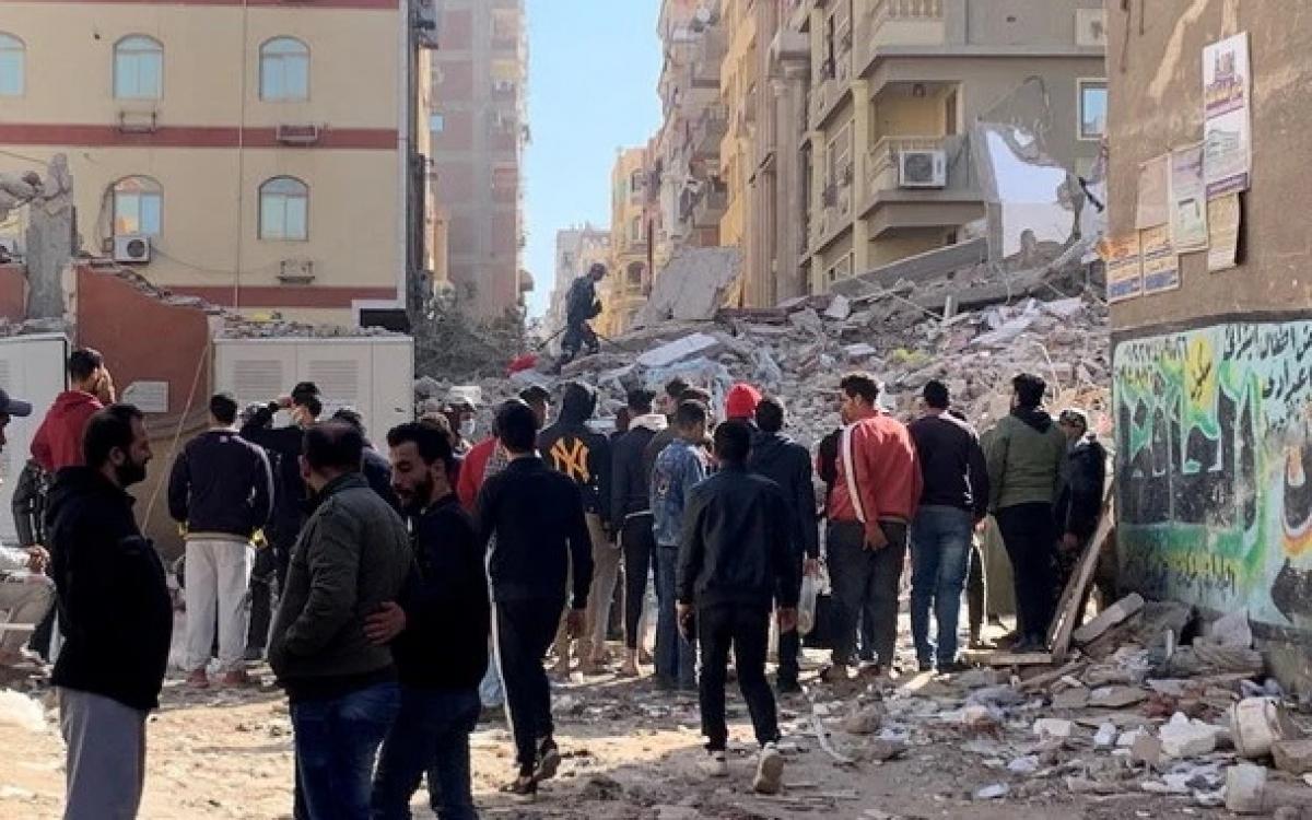 Hiện trường vụ sập chung cư mới nhất ở Ai Cập. Ảnh: Reuters.