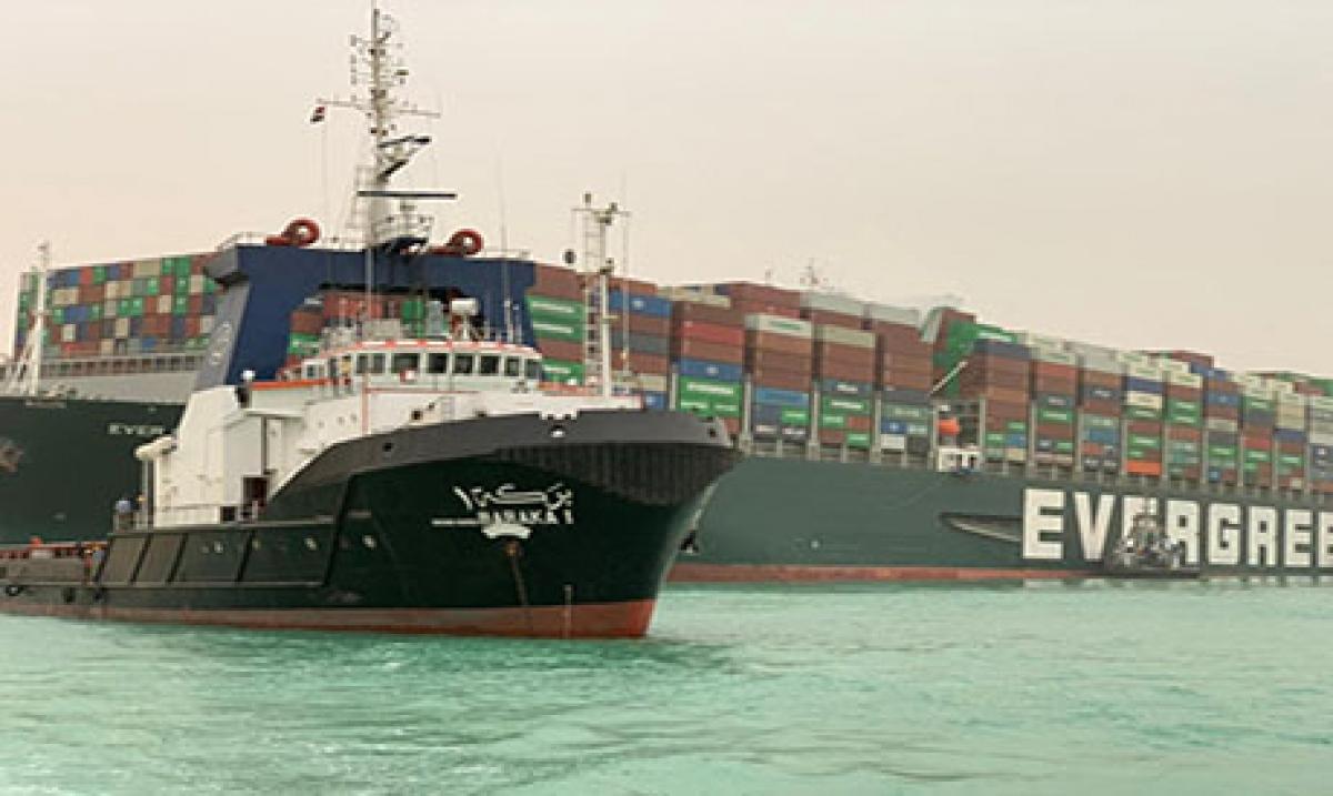 Ai Cập nỗ lực cứu hộ tàu mắc kẹt trên kênh đào Suez - Ảnh Ahramonline