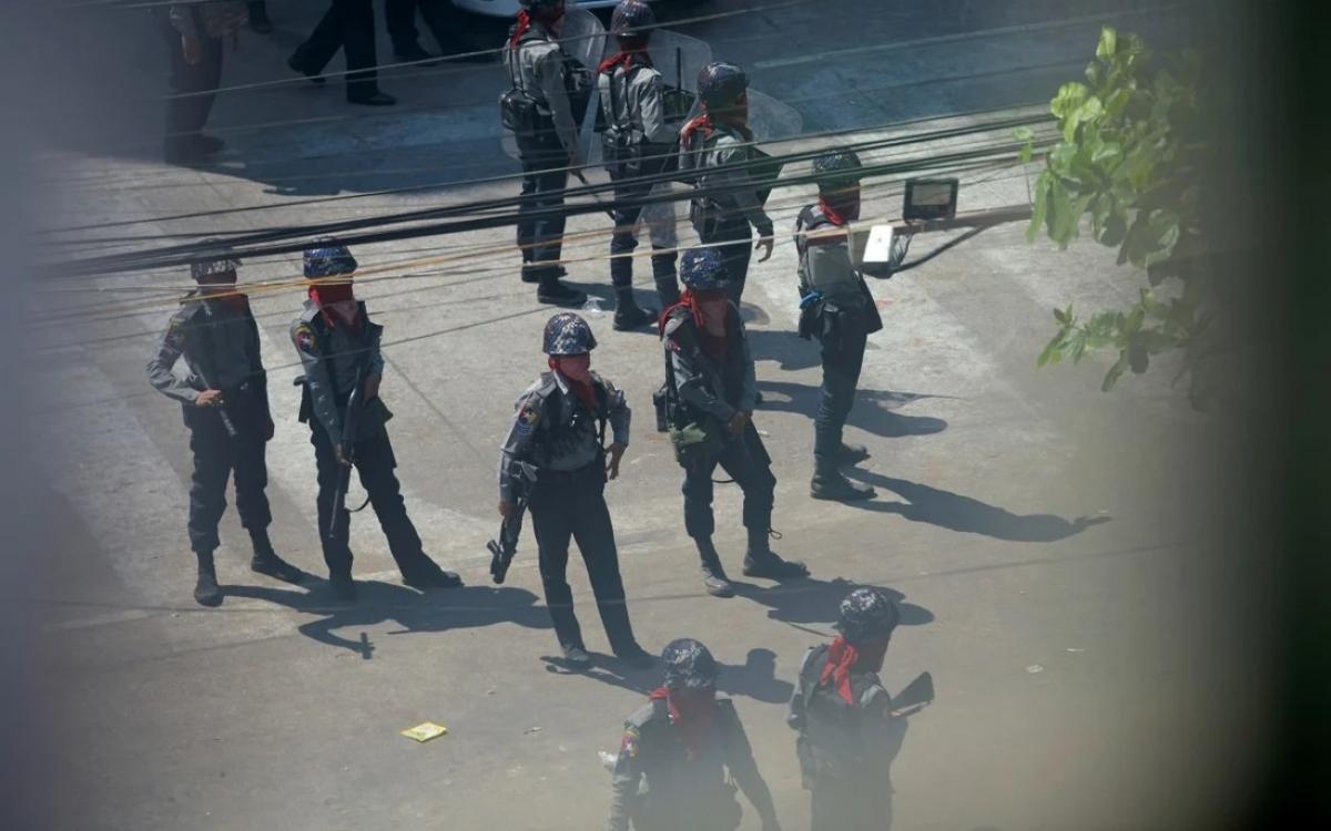 Lực lượng an ninh Myanmar truy lùng người biểu tình. Ảnh: Reuters.