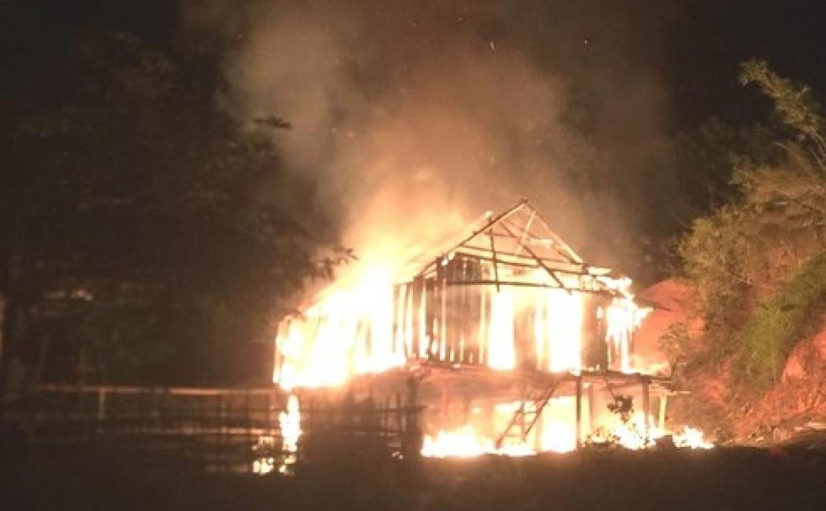 Căn nhà bốc cháy dữ dội, sau khi Huỳnh phóng hỏa.