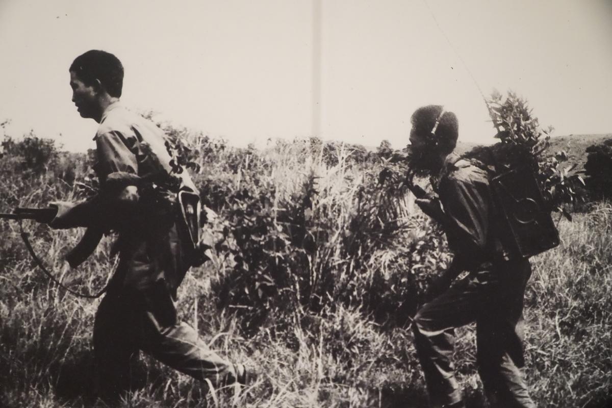 Chiến sĩ Trung đoàn 64, Sư đoàn 320 truy kích địch ở Bản Đông trong chiến dịch Đường số 9 – Nam Lào, tháng 3/1971