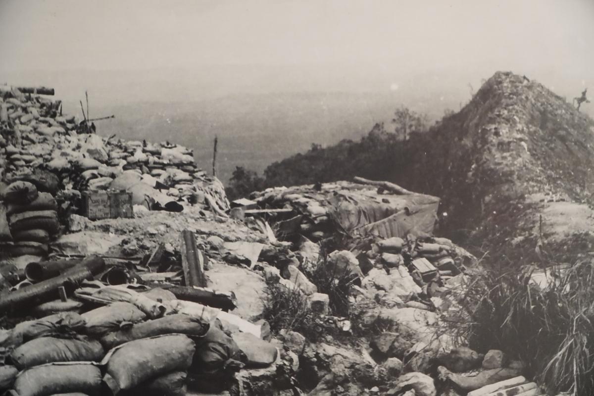 Sau một thời gian tổ chức nghi binh, chuẩn bị lực lượng và tạo bàn đạp giáp vùng biên giới, đầu tháng 2/1971, quân ngụy được Mỹ yểm trợ bắt đầu tiến công đánh phá tuyến hành lang chi viện chiến lược Trường Sơn. Quân dân ba nước Việt Nam - Lào - Campuchia với thế trận đã chuẩn bị sẵn, chủ động đón đánh ngay từ đầu, giáng trả địch những đòn bất ngờ, gây choáng váng. Trong Ảnh: Quân địch tháo chạy, bỏ lại toàn bộ vũ khí tại các căn cứ trong chiến dịch Cánh Đồng Chum, Xiêng Khoảng, Lào, tháng 11/1971.