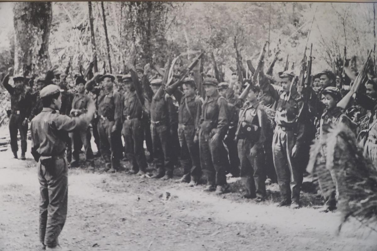 """Nêu cao tinh thần đoàn kết với cách mạng Việt Nam, tháng 1/1971, Ban Chấp hành Trung ương Đảng Nhân dân Lào họp, nhấn mạnh: """"Nhiệm vụ trung tâm số một của toàn Đảng, toàn quân và toàn dân Lào trong lúc này là đánh thắng đế quốc Mỹ và tay sai, giành thắng lợi to lớn cách mạng Lào và hoàn thành nghĩa vụ quốc tế vẻ vang của mình"""". Trong ảnh: Trung đoàn 165, Sư đoàn 312 trên đường hành quân vào chiến dịch Tanina, Xiêng Khoảng, Lào, ngày 28/11/1971."""
