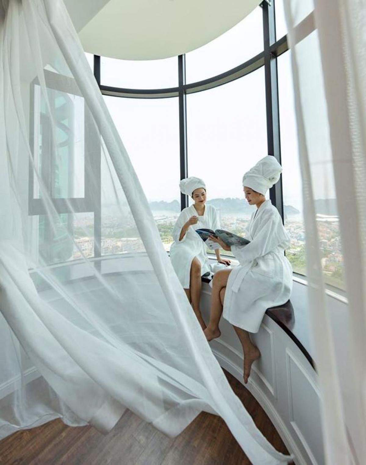 Những căn phòng với khung cửa kính khổng lồ là tọa độ check-in yêu thích của các cô nàng sang chảnh. (Ảnh: FLC Hạ Long)
