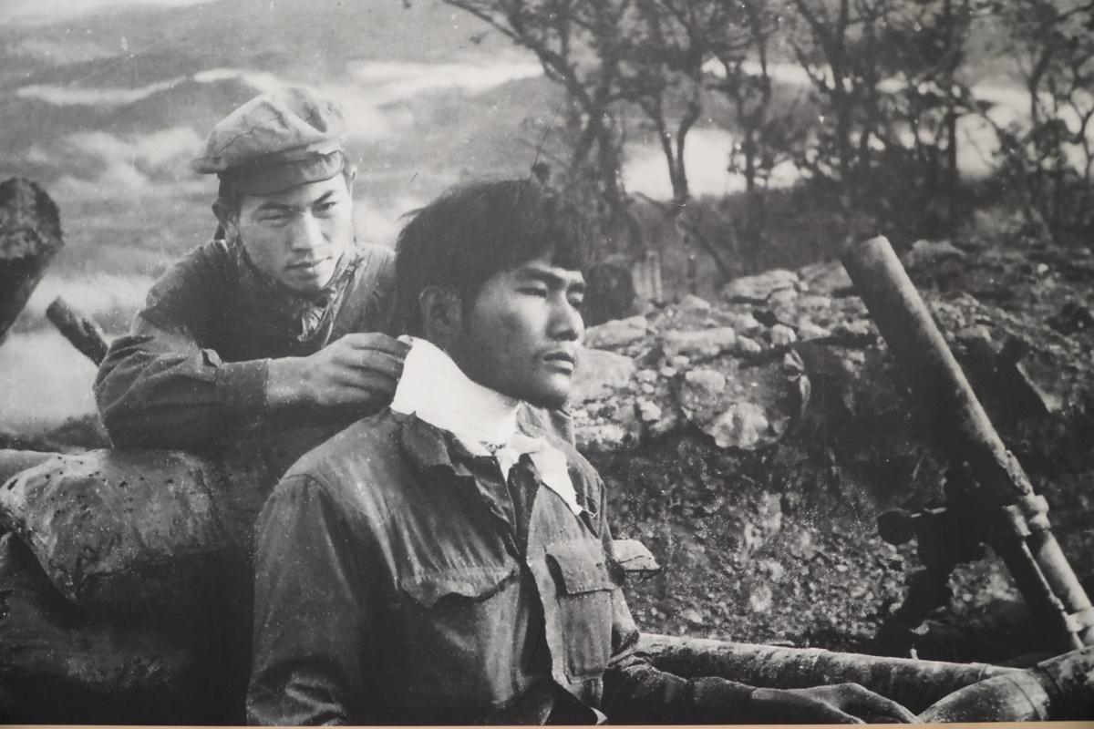 Bộ đội Lào băng bó vết thương cho bộ đội Việt Nam trong trận chiến đấu tại Sảm Thông, Long Chẹn trong chiến dịch Cánh Đồng Chum, Xiêng Khoảng, Lào, tháng 12/1971.