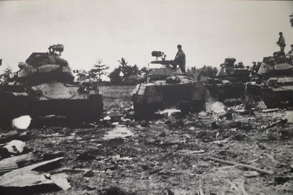 """Trên hướng đông bắc Campuchia, Quân giải phóng miền Nam phối hợp với lực lượng kháng chiến và nhân dân Campuchia mở chiến dịch phản công, chặn đánh địch trên từng khu vực, đánh nhiều trận tập kích, phục kích, sau chuyển sang bao vây tiến công... đập tan cuộc hành quân """"Toàn thắng 1/71"""" của quân Sài Gòn, loại khỏi vòng chiến đấu hơn 20.000 địch. Trong ảnh: Liên quân Việt Nam – Campuchia đánh bại hoàn toàn cụm phòng ngự bằng xe tăng và xe bọc thép của quân nguỵ Campuchia tại căn cứ Ba Rai, tỉnh Công pông thom, góp phần đánh bại cuộc hành quân 'Chen La 2' của chúng, năm 1971."""