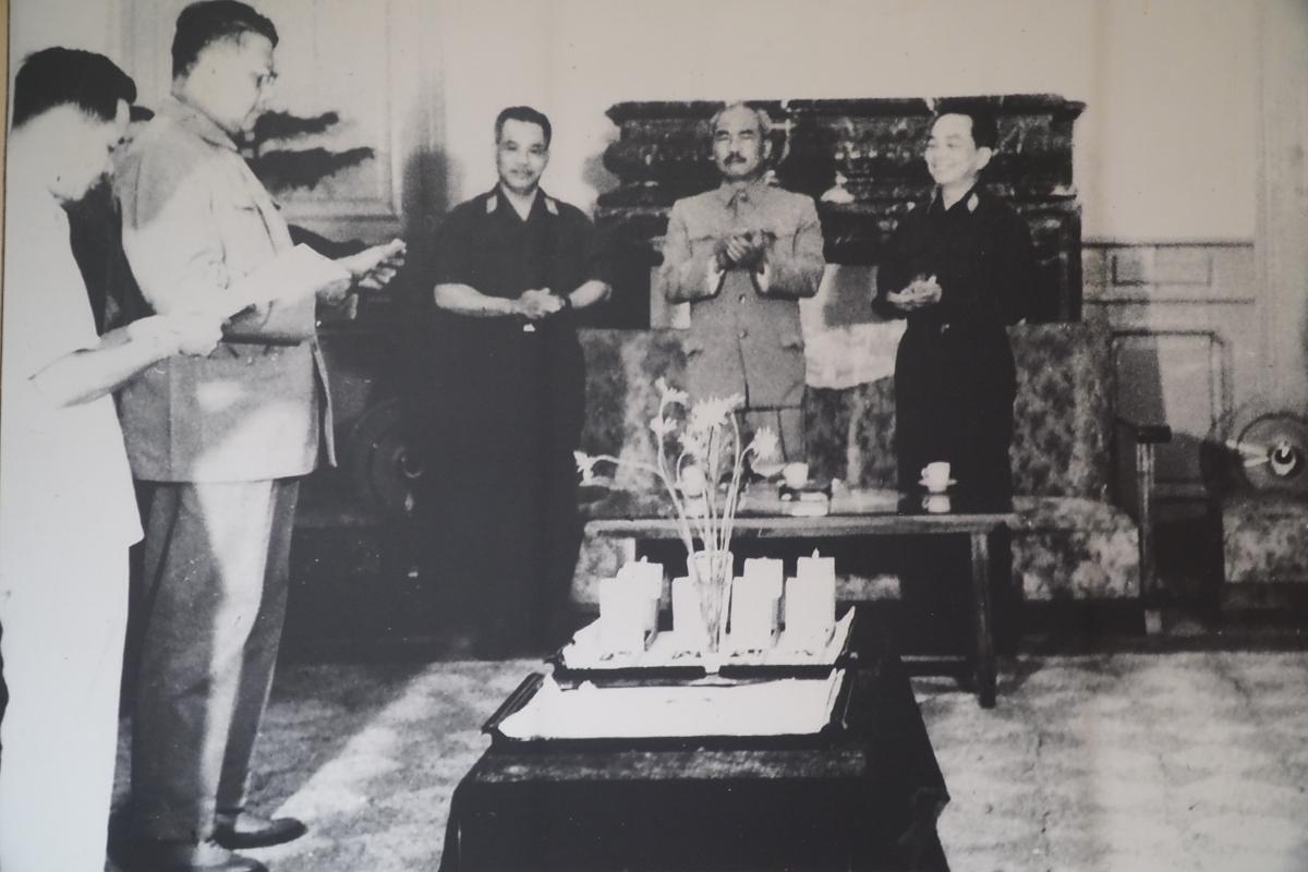 Kỷniệm 50 năm chiến thắng Đường 9 - Nam Lào 1971, chúng ta thêm một lần nhận thức rõ hơn về sức mạnh đoàn kết liên minh chiến đấu của nhân dân ba nước Đông Dương, từ đó trân trọng giữ gìn và phát huy giá trị lịch sử trong thời kỳ mới. Trong ảnh: Hoàng thân Xu Pha Nu Vông trao huân chương Lào cho các đơn vị quân tình nguyện Việt Nam chiến đấu ở Lào năm 1971-1972.