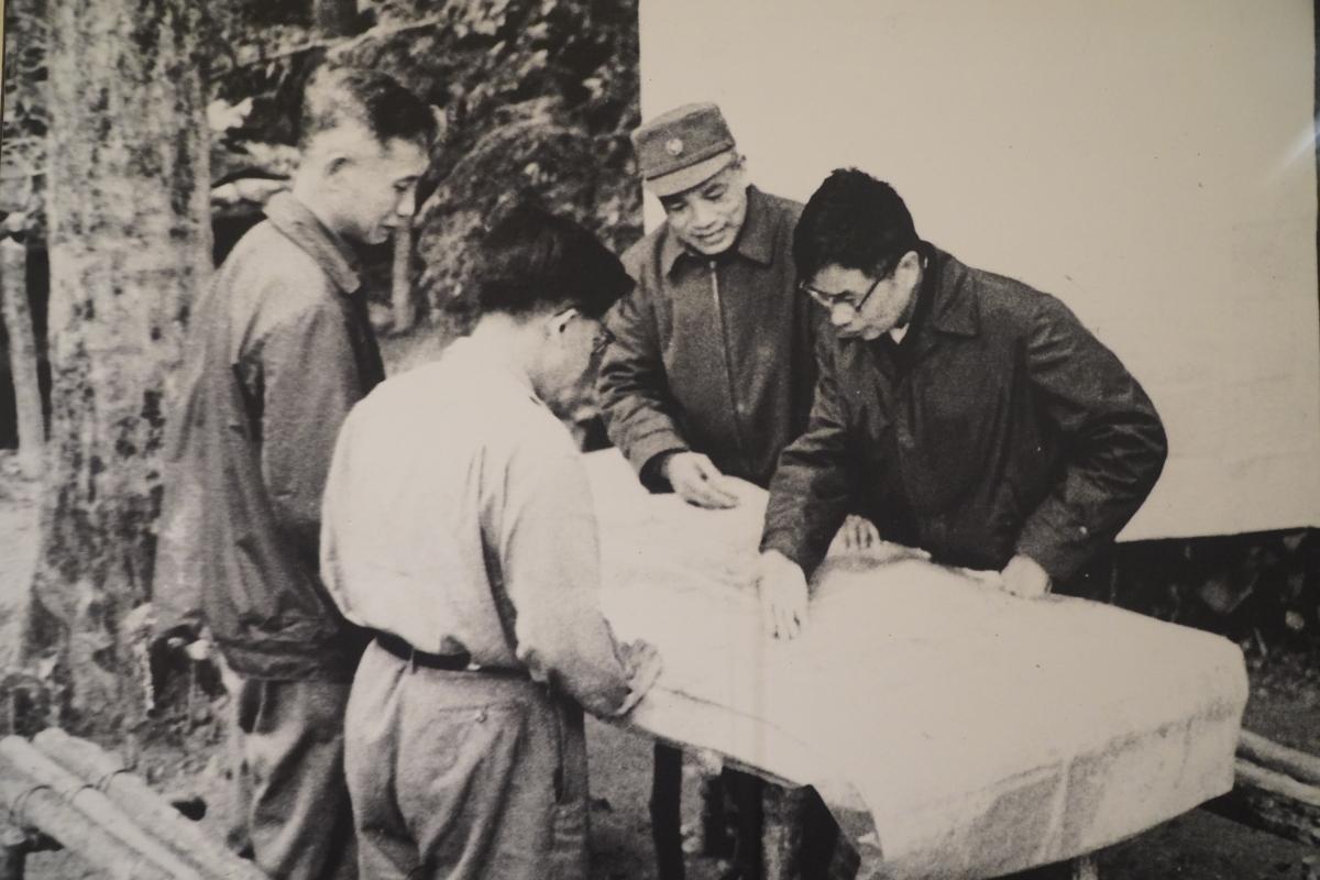 Bộ chỉ huy chiến dịch Đường số 9 – Nam Lào, năm 1971 gồm các đồng chí: Lê Quang Đạo; Lê Trọng Tấn; Văn Tiến Dũng; Song Hào