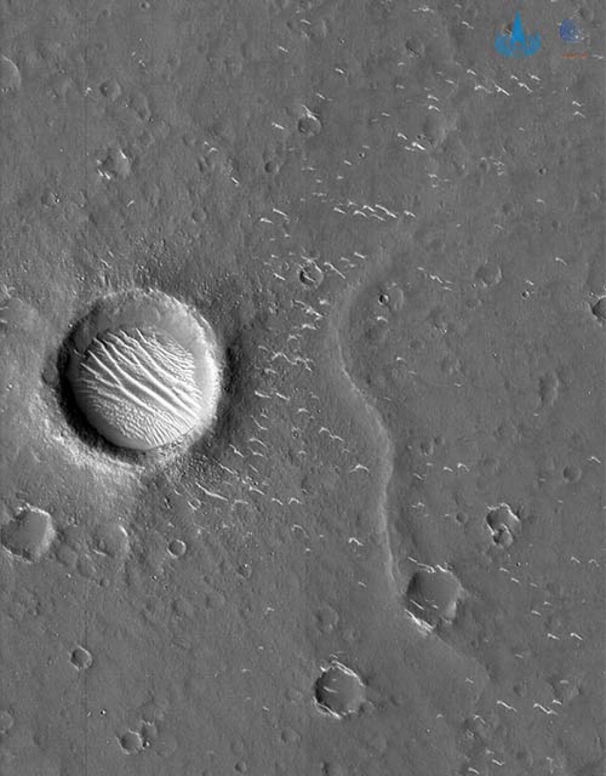 Những hố tròn trên sao Hỏa được chụp bằng máy ảnh có độ phân giải cao của Thiên Vấn 1. Ảnh: CNSA