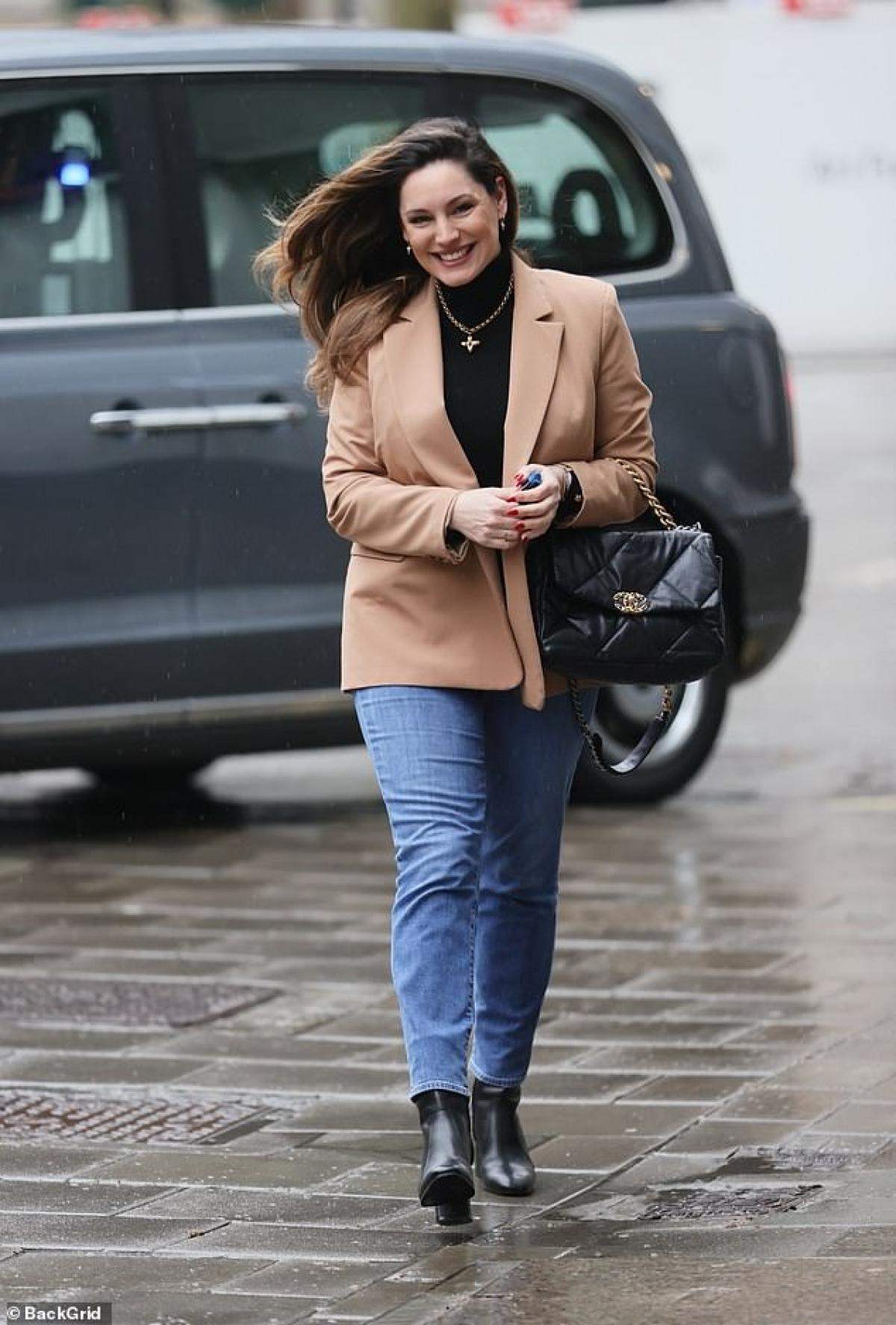 Kelly Brook rạng rỡ ra phố đi dạo ở London vừa qua.