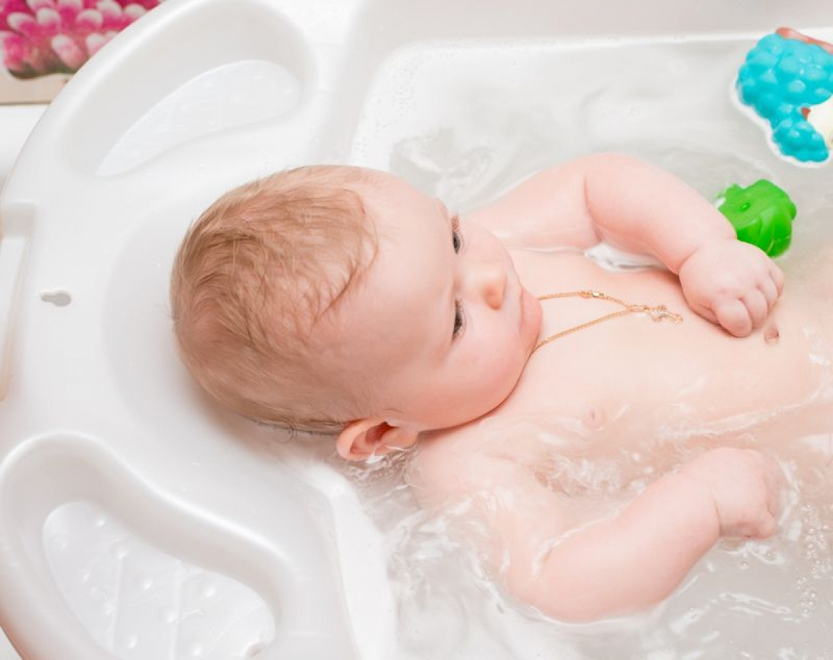 Baking soda: Baking soda giúp giải quyết tình trạng hăm tã mà không gây tổn thương làn da mỏng manh nhạy cảm của trẻ sơ sinh. Bạn hãy hòa hai thìa canh baking soda vào khoảng 1 lít nước và dùng hỗn hợp này để lau rửa cho trẻ mỗi lần thay tã.