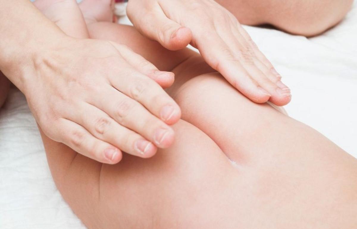 Sáp dầu: Sáp dầu có tác dụng như một lớp màng bảo vệ da trẻ khỏi các tác nhân gây kích ứng có trong tã bẩn. Sau khi vệ sinh vùng mông và bẹn của trẻ với nước ấm, hãy lau khô và thoa đều sáp dầu lên vùng da này trước khi mang tã cho trẻ.