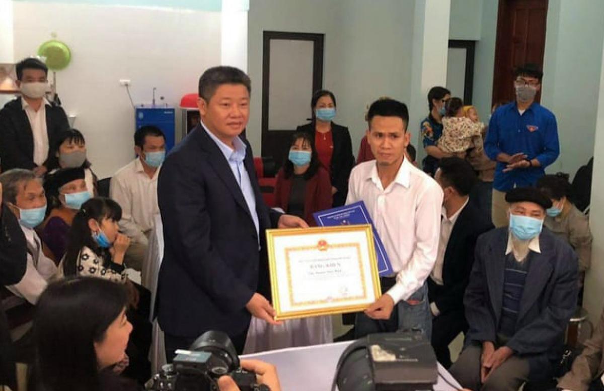 Phó Chủ tịch UBND thành phố Hà Nội Nguyễn Mạnh Quyền trao Bằng khen và Quyết định khen thưởng cho anh Nguyễn Ngọc Mạnh.