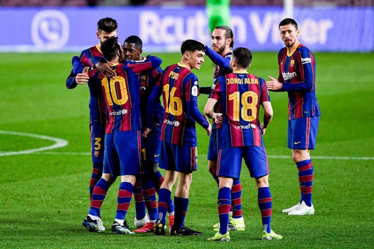 Các cầu thủ Barca ăn mừng bàn mở tỉ số (Ảnh: Getty).