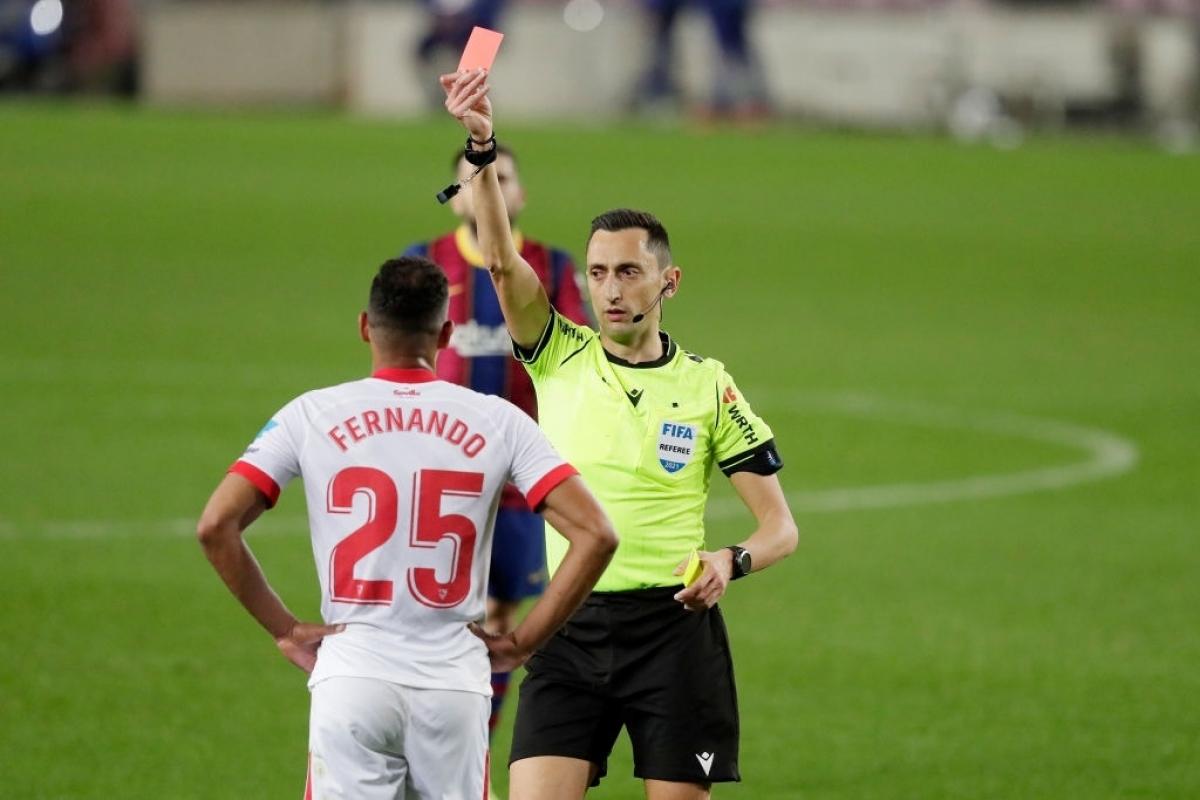 Fernando nhận thẻ đỏ (Ảnh: Getty).