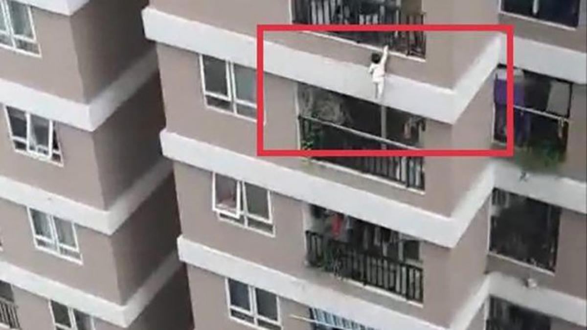 Bé gái treo rơi từ tầng 12A chung cư 60B Nguyễn Huy Tưởng đã may mắn thoát chết