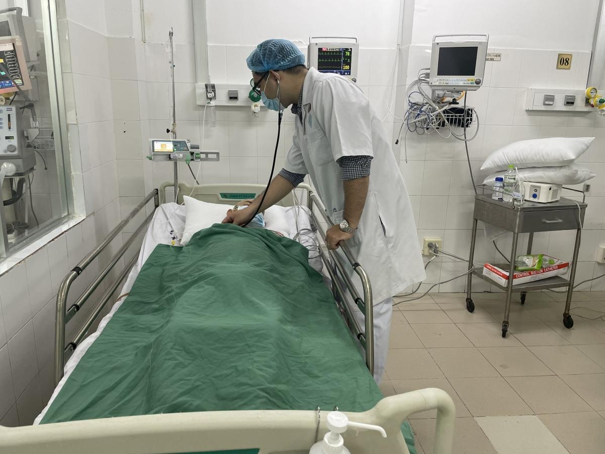 Sáng 29/3, bác sĩ thăm khám bệnh nhân, tình trạng ổn định.