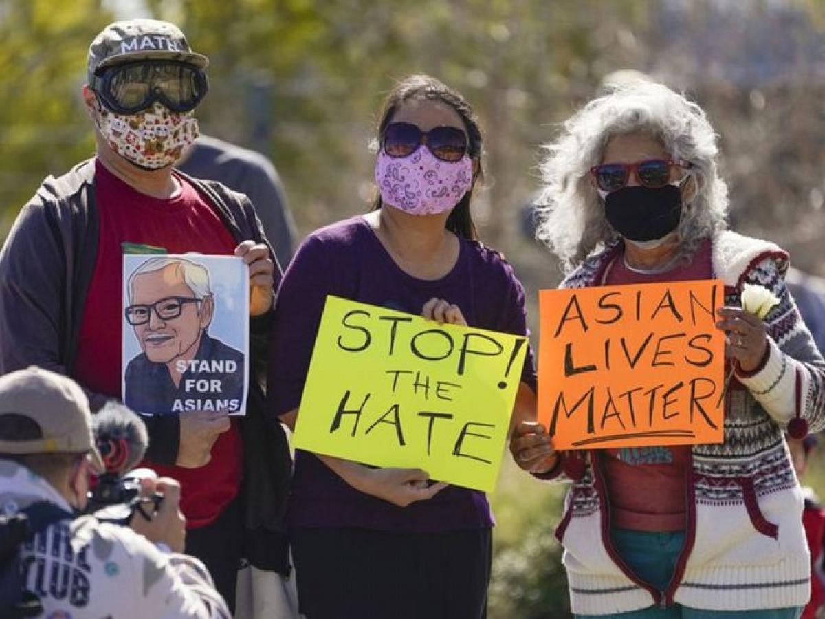 Người biểu tình phản đối tình trạng kỳ thị chống lại cộng đồng gốc Á ở Mỹ. Ảnh: Tribune.