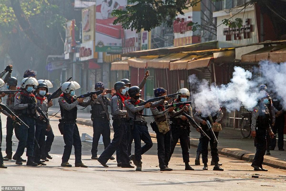 Cảnh sát Myanmar trấn áp biểu tình hôm 28/2. Ảnh: Reuters.