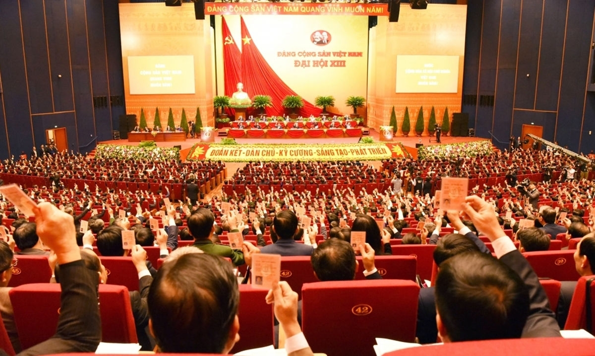 Các đại biểu dự Đại hội XIII của Đảng biểu quyết