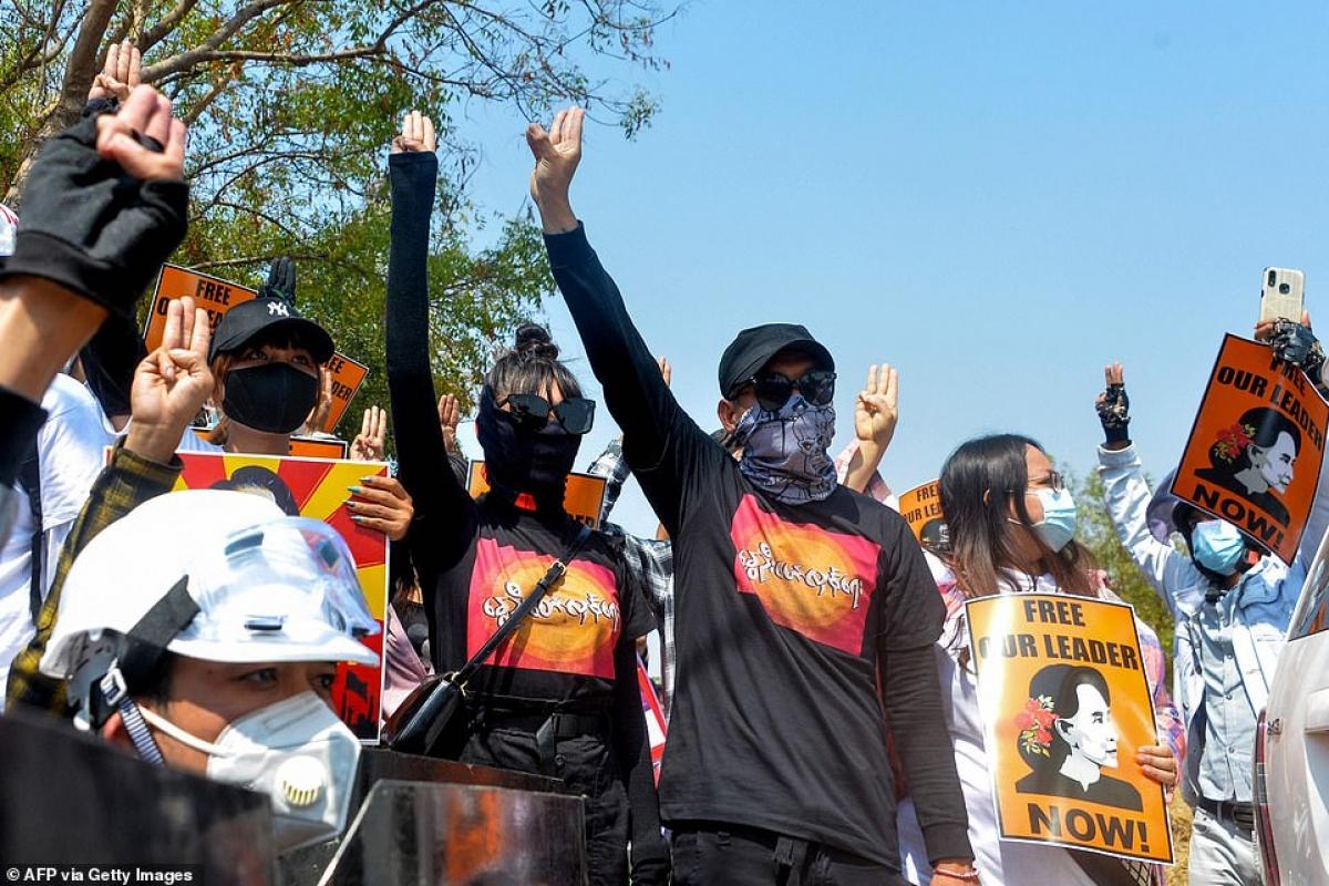 Kiểu chào 3 ngón của phe biểu tình.