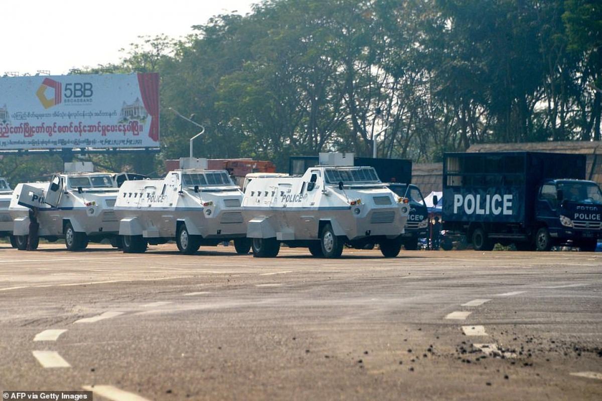 Dàn xe bọc thép của cảnh sát Myanmar.