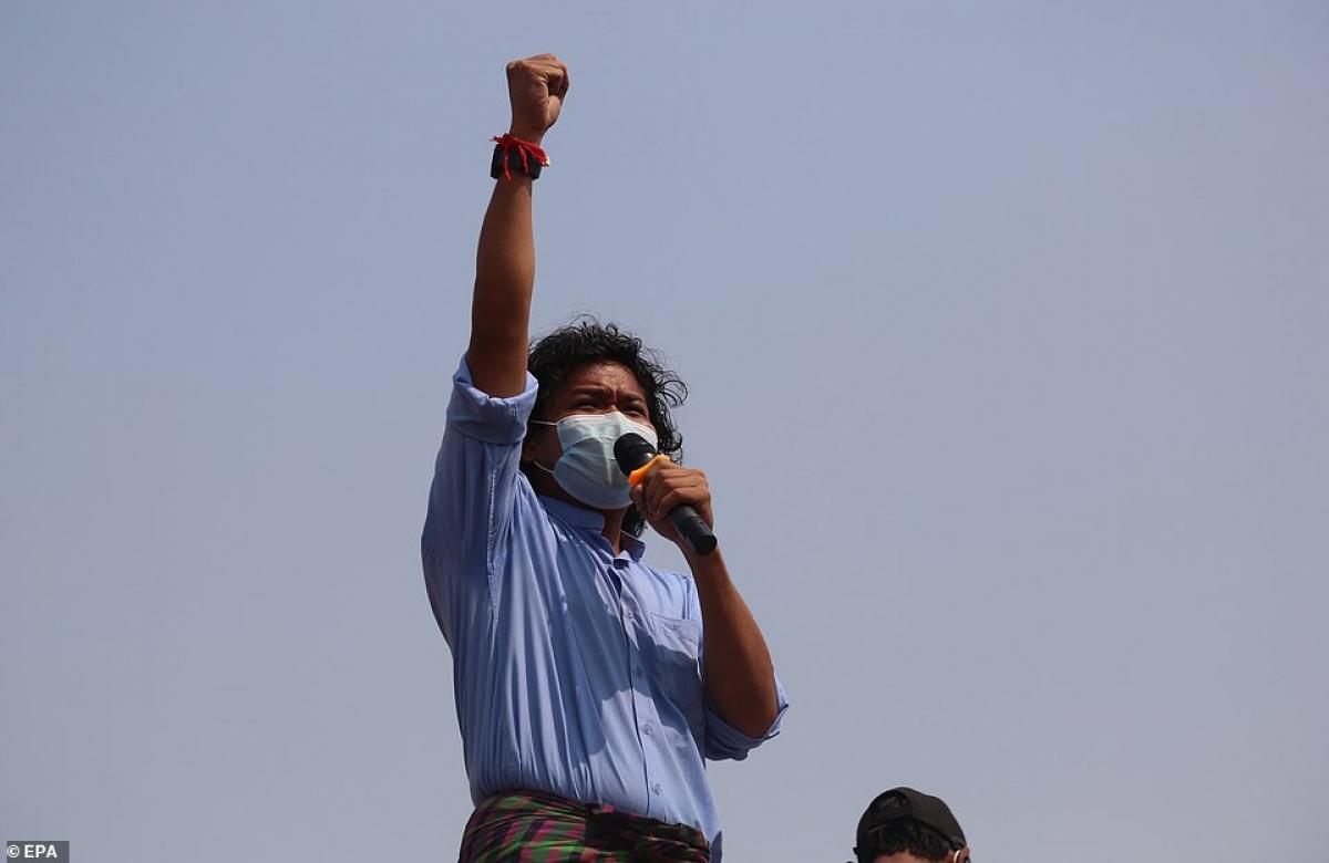 Phần kêu gọi qua micro của phe biểu tình.