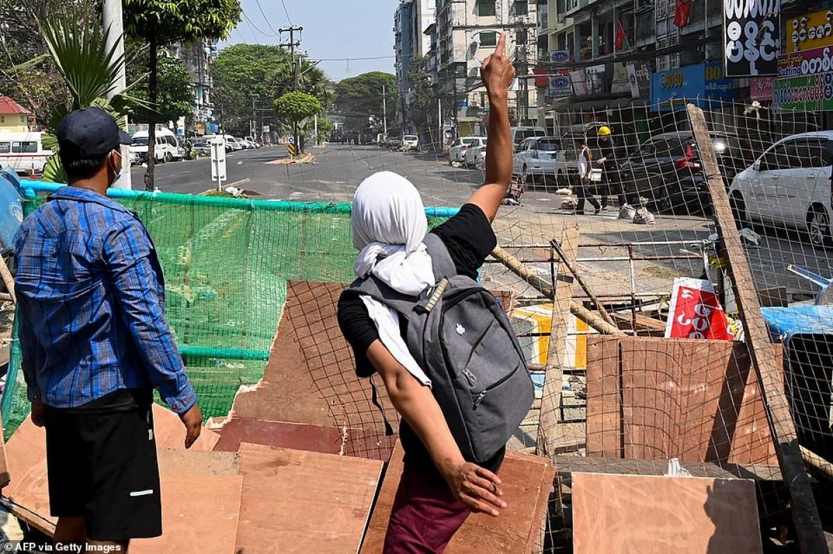 Chướng ngại vật do phe biểu tình Myanmar dựng lên trên phố.