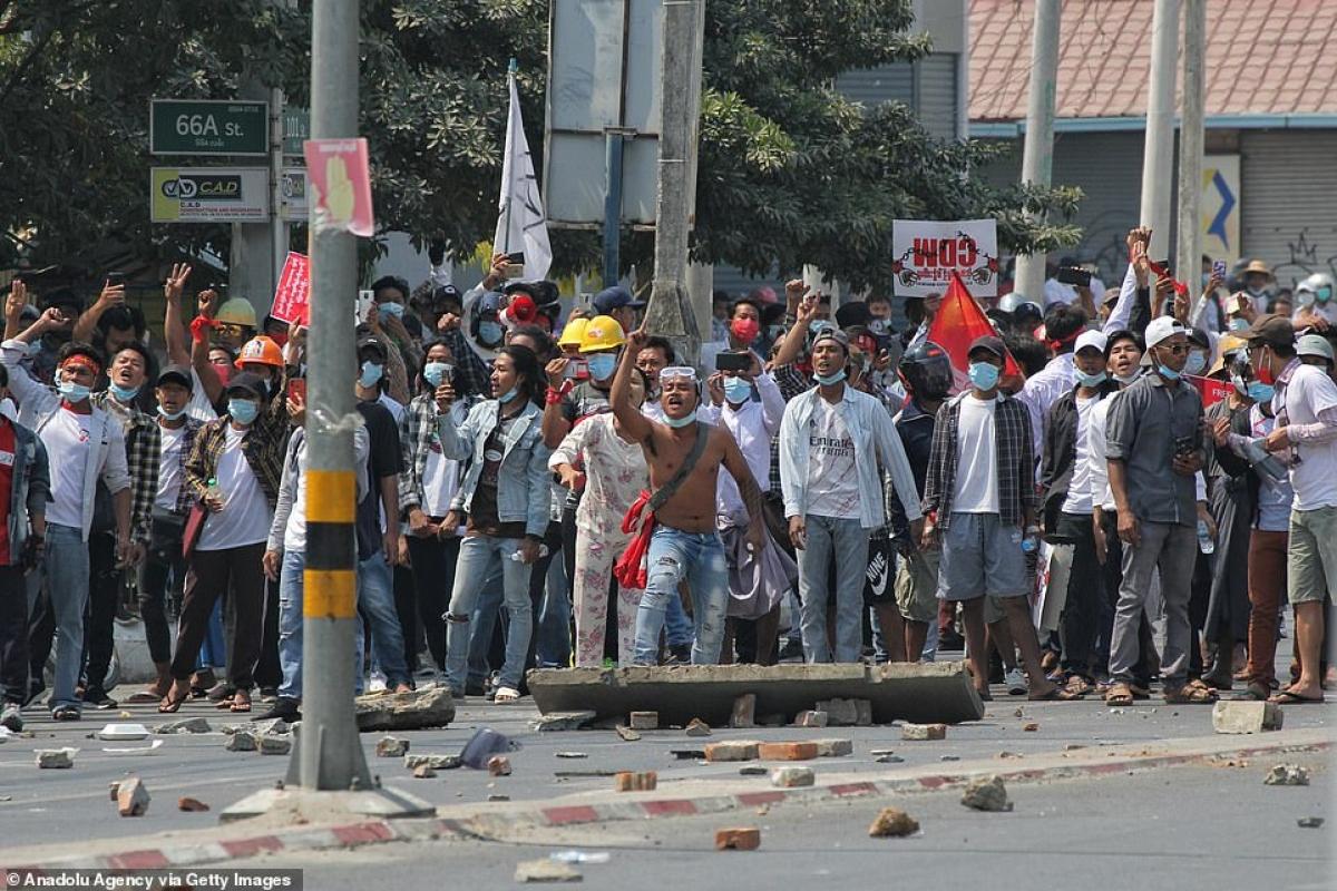 Gạch đá đầy đường phía trước những người biểu tình.