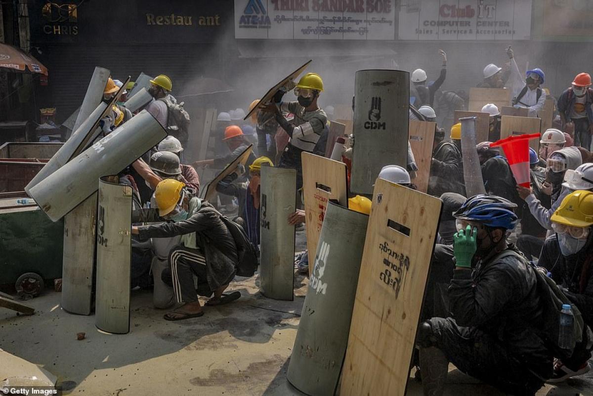 Phe biểu tình cũng đội các loại mũ bảo hiểm để tự vệ.