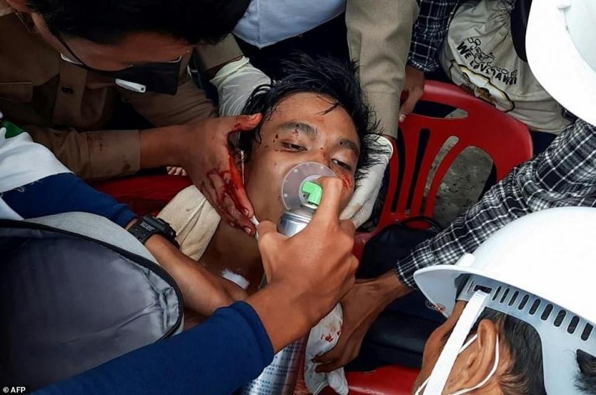 Sơ cứu cho một người biểu tình bị thương nặng.