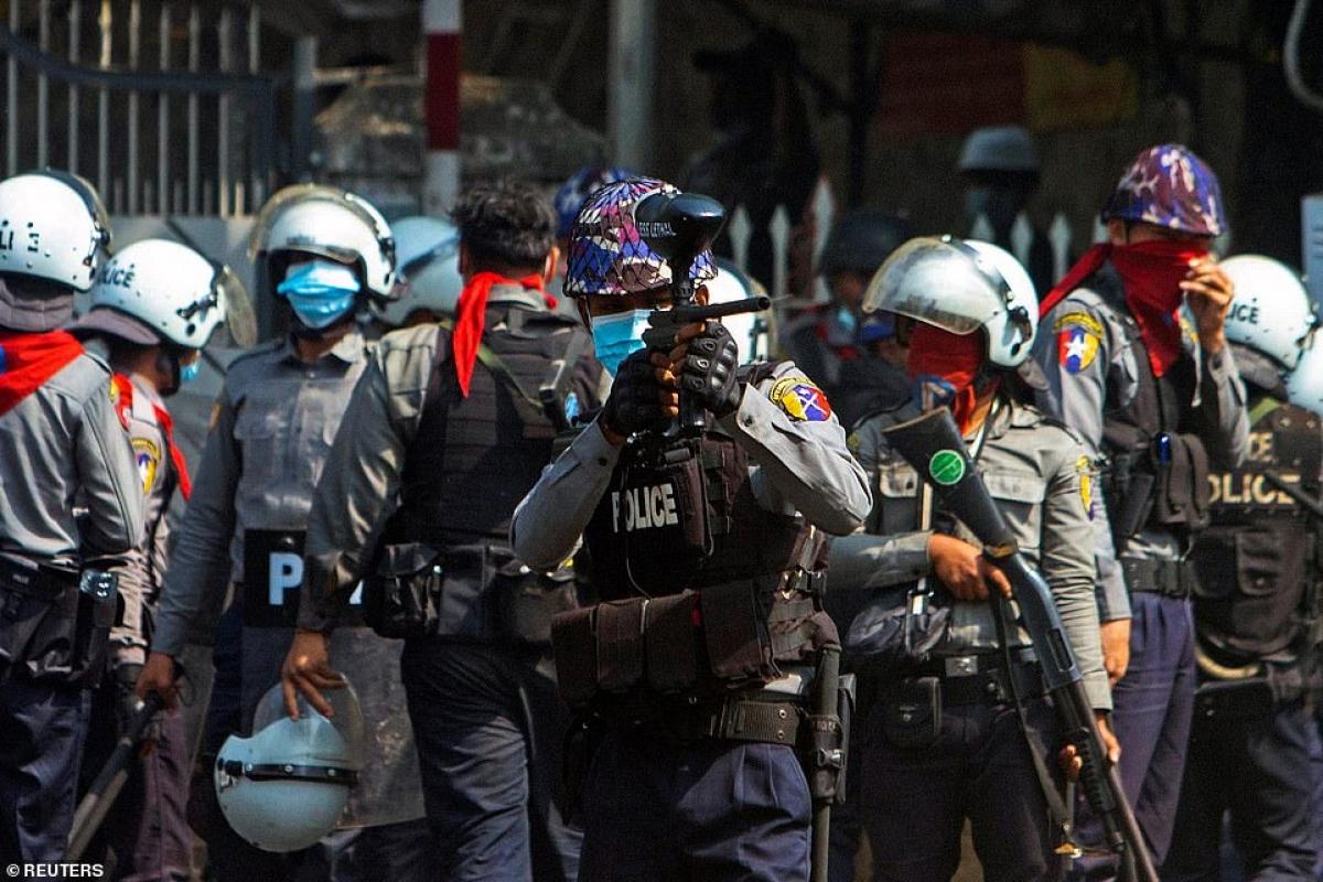Cảnh sát chống bạo động của Myanmar. Lực lượng này nghe răm rắp theo quân đội Myanmar vừa lên nắm quyền.
