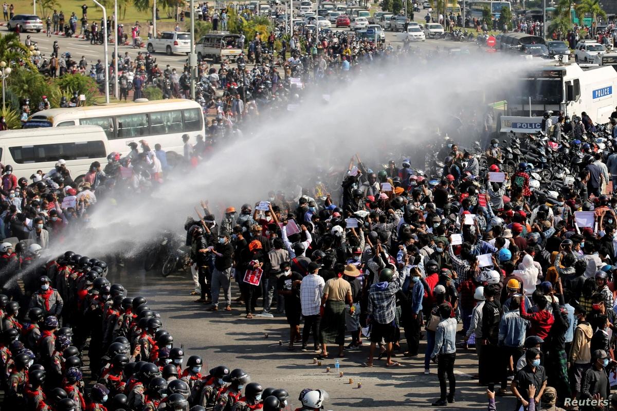 Biểu tình ở Yangon, Myanmar, sau đảo chính quân sự tại quốc gia này vào tháng 2/2021. Ảnh: Reuters.
