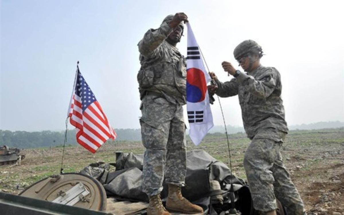 Binh sỹ Mỹ tại Hàn Quốc cắm cờ 2 nước trên xe tăng của họ. Ảnh: AFP.