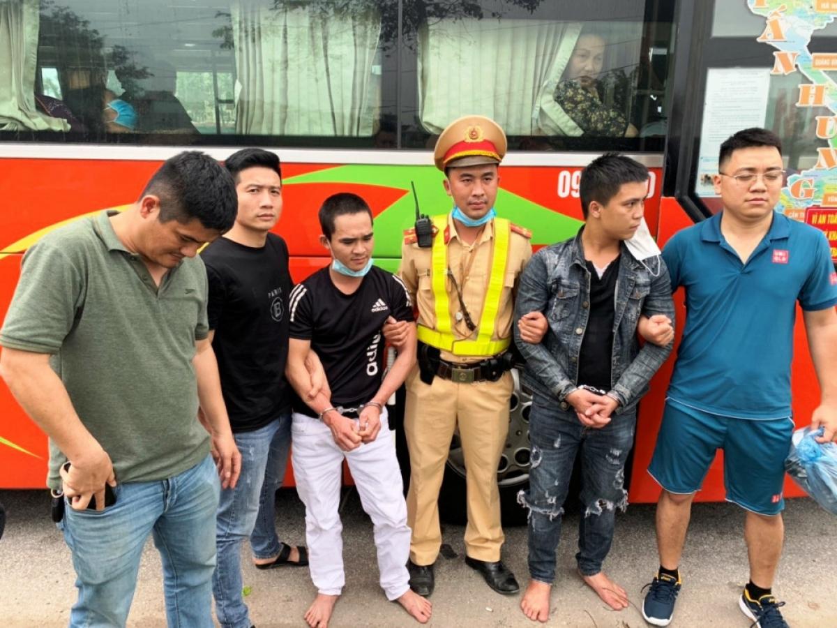 Hai đối tượng bị bắt giữ khi chạy ra đến Hà Tĩnh.