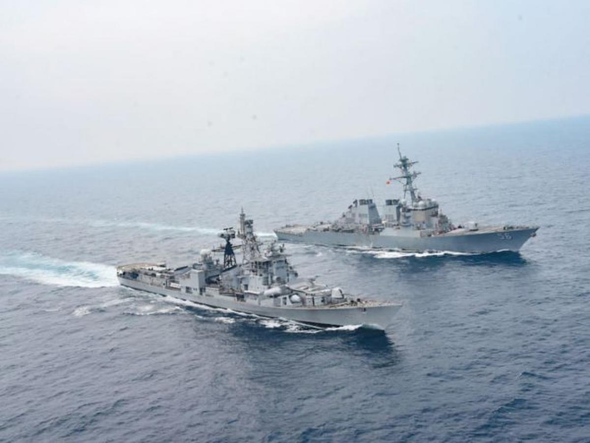 Tàu khu trục USS John S.McCain (Mỹ) và tàu khu trục INS Ranvijay của Ấn Độ trong cuộc tập trận Malabar. Ảnh: ANI