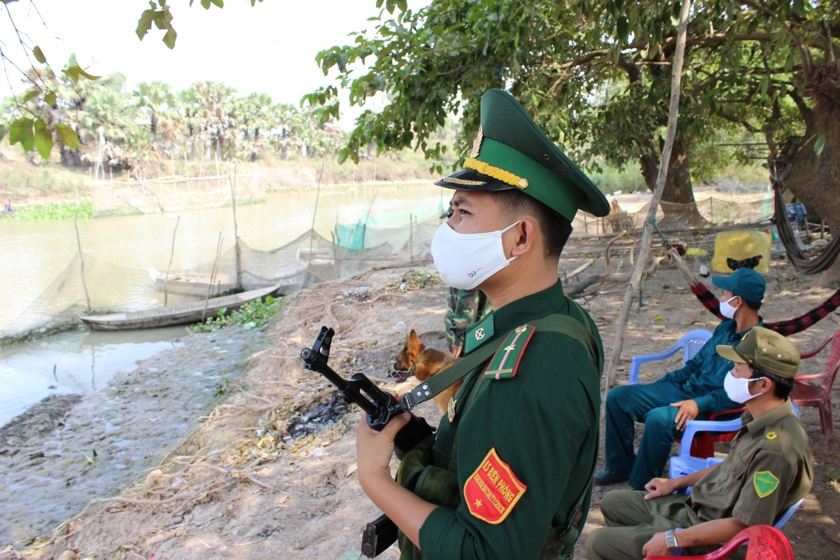Border guards operating in Dong Thap province move to strengthen inspections in order to fight against the COVID-19 pandemic.