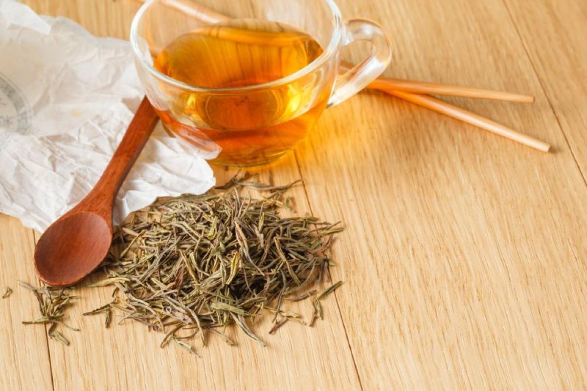 Chườm túi trà thảo mộc: Bạn có thể dùng khăn sạch nhúng vào trà hoa cúc và oải hương để nguội, sau đó dùng khăn để chườm lên vết bầm tím. Các thành phần trong trà giúp giảm sưng đau nhờ có thành phần kháng viêm và giảm đau.