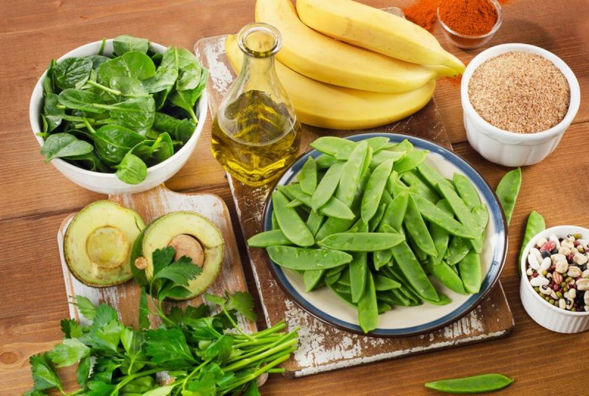 Vitamin K: Bạn có thể thoa trực tiếp kem vitamin K lên vết bầm hai lần mỗi ngày, hoặc ăn các thực phẩm giàu vitamin K như rau ăn lá xanh và cá, hoặc uống viên bổ sung vitamin K. Tính làm đông máu của loại vitamin này sẽ giúp giảm mức độ của vết bầm.