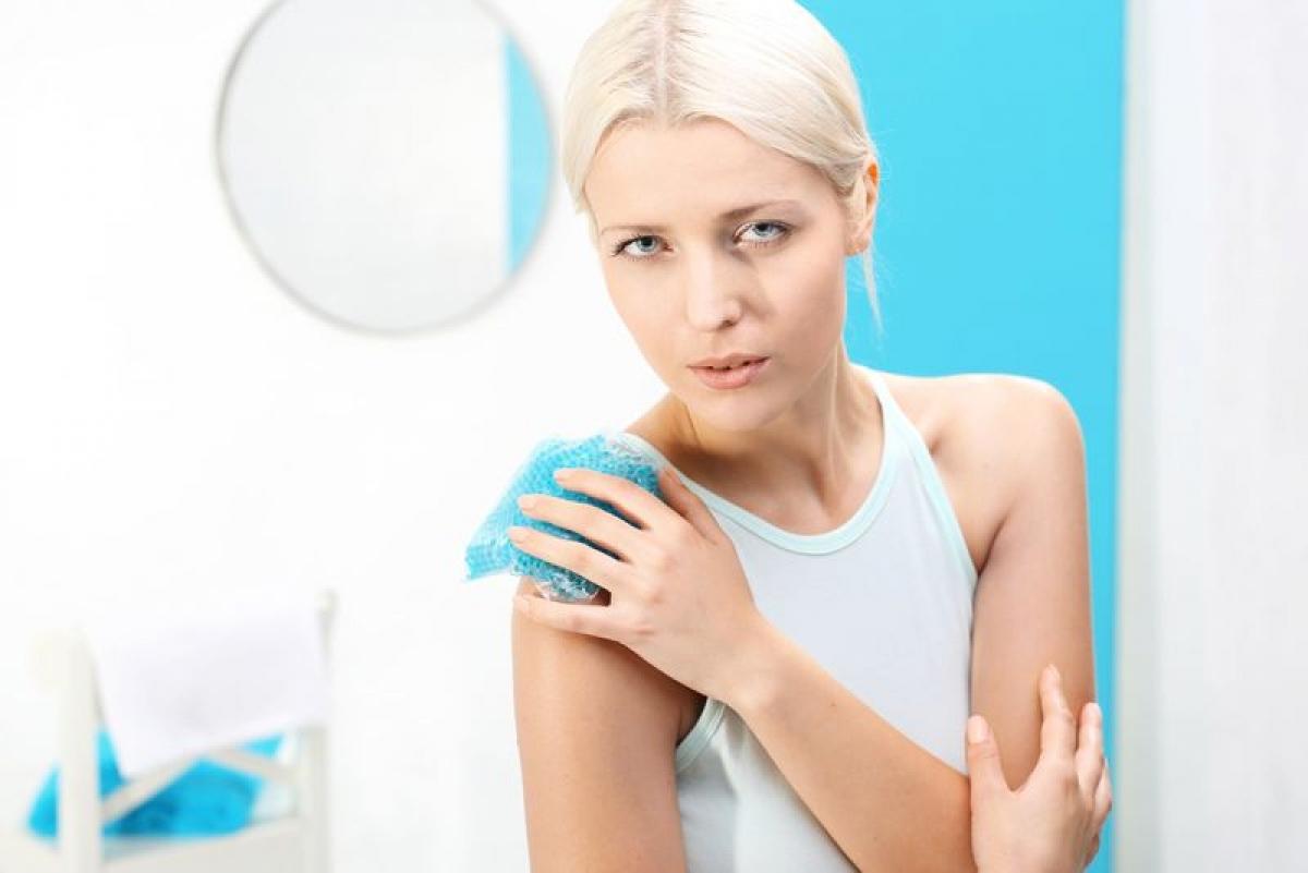 Chườm nóng: Nhiệt độ cao sẽ giúp đẩy nhanh quá trình hồi phục của vết bầm, đặc biệt khi phương pháp này được áp dụng vài ngày sau chấn thương. Nhiệt độ cao giúp cải thiện tuần hoàn máu và làm giãn nở mạch máu.