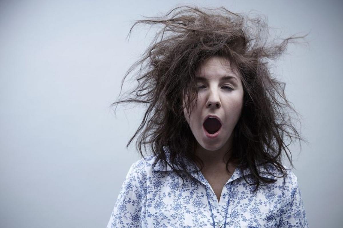 Mệt mỏi: Những người sống trong khu vực có chất lượng không khí kém có thể gặp phải tình trạng mệt mỏi, uể oải mà họ thường lầm tưởng là do thiếu ngủ. Nghiên cứu chỉ ra rằng bụi mịn và khí NO2 có thể là nguyên nhân gây tình trạng này.