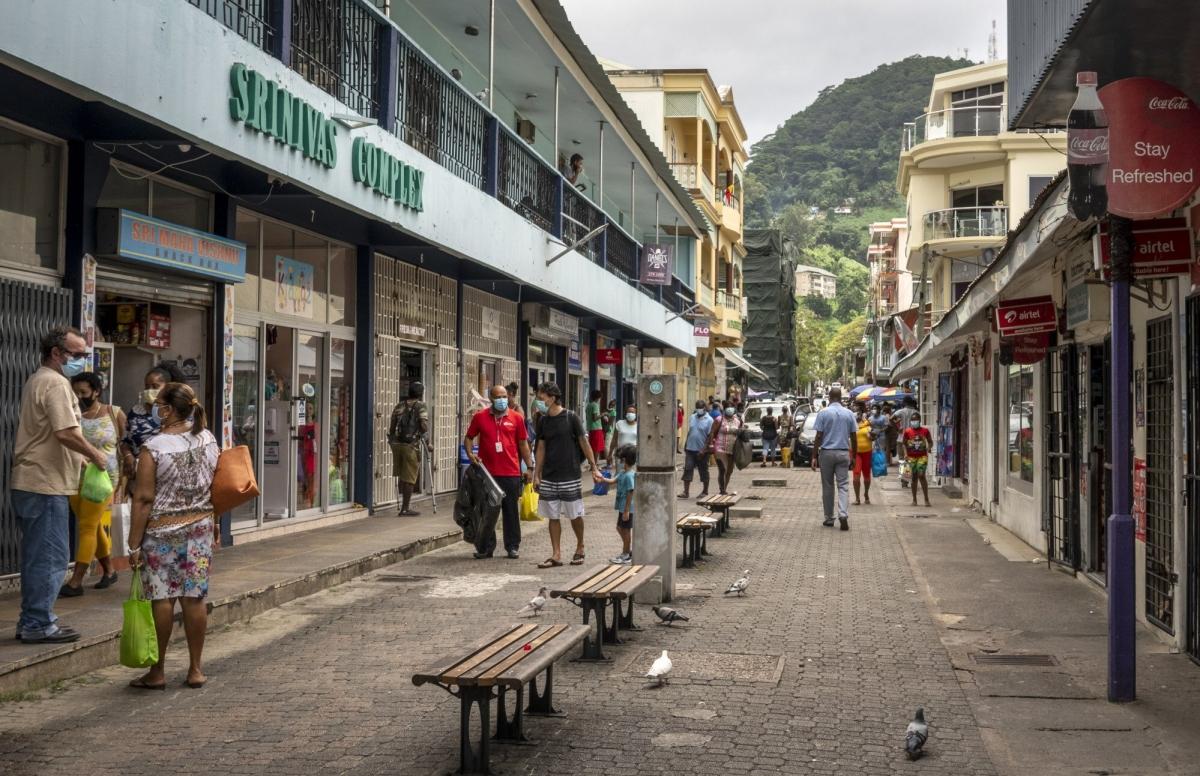 Người dân Seychelles được tiêm vaccine Covid-19 miễn phí. Nguồn: AP