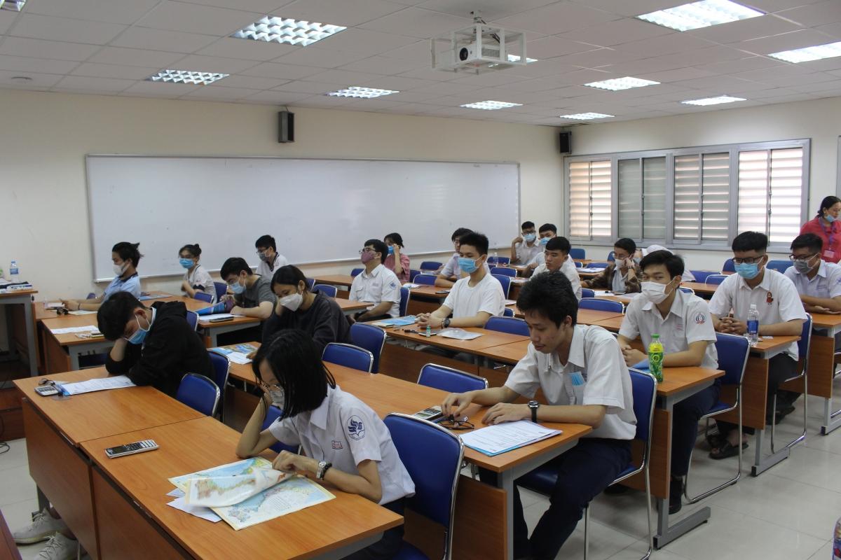 Các thi sinh ngồi giãn cách và đeo khẩu trang trong phòng thi.