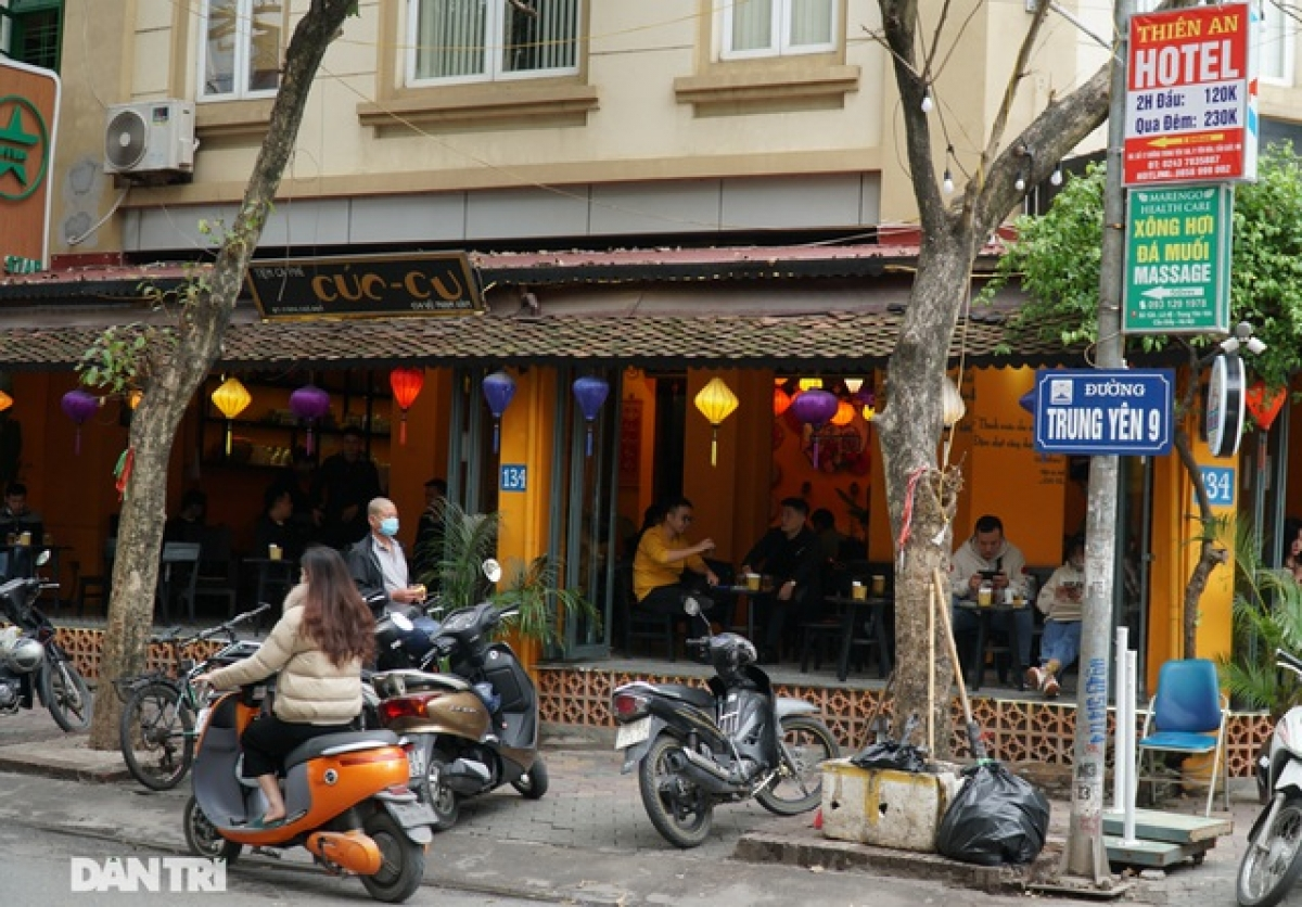 Only coffee shops are permitted to operate as normal from today. The administration of Hanoi will keep bars, discos, karaoke bars, sidewalk eateries, and iced tea shops closed until further notice.
