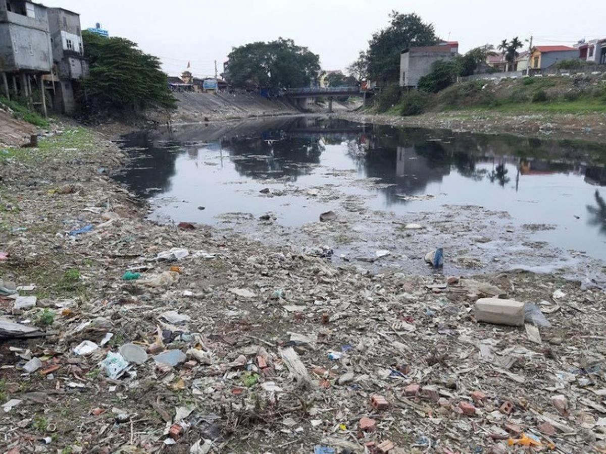 Sông Ngũ Huyện Khê bị ô nhiễm nặng nề do tình trạng xả thải chưa qua xử lý (Ảnh: KT)