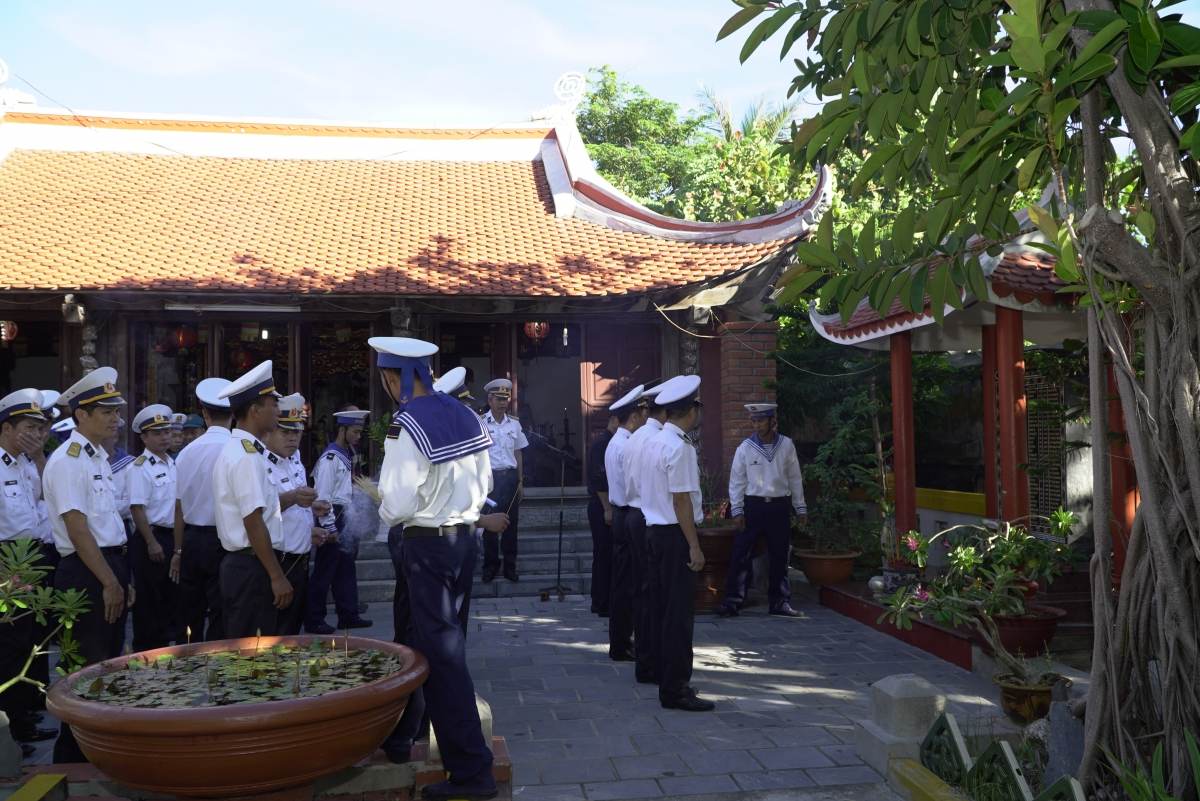 Cán bộ chiến sỹ đảo Sinh Tồn trong Lễ tưởng niệm các Anh hùng liệt sỹ hy sinh tại vùng biển đảo Gạc Ma.