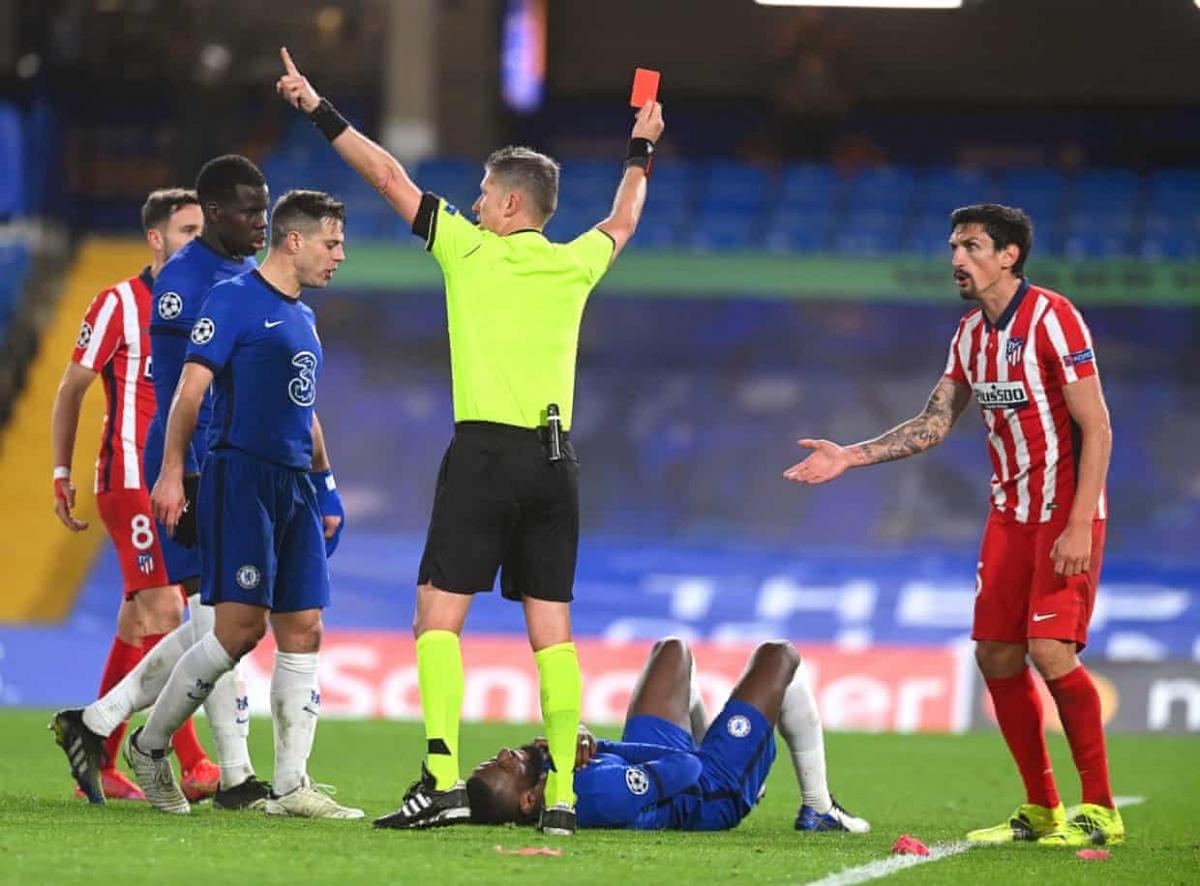 Savic nhận thẻ đỏ trực tiếp sau pha đánh nguội Rudiger. (Ảnh: Getty)