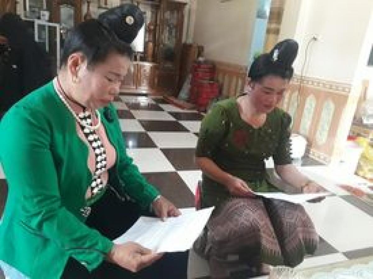 Chị Vì Thị Bun Chăn ( Bên trái) đang dạy hát Lào.